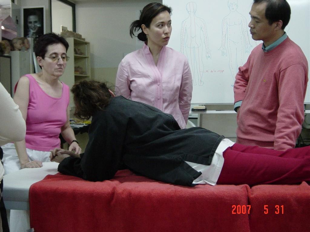 Maestro Sun Junqing explicando Ana Zaragoza de Modelo