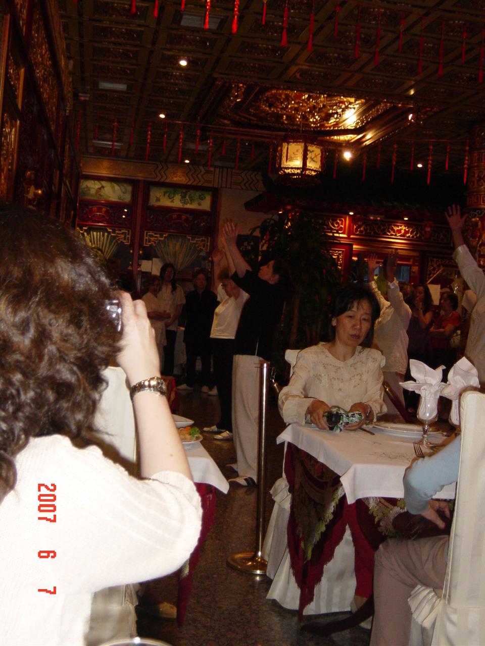 Restaurante Donbom Ana Zaragoza dirigiendo Movimientos de Wubaomen Qi Gong